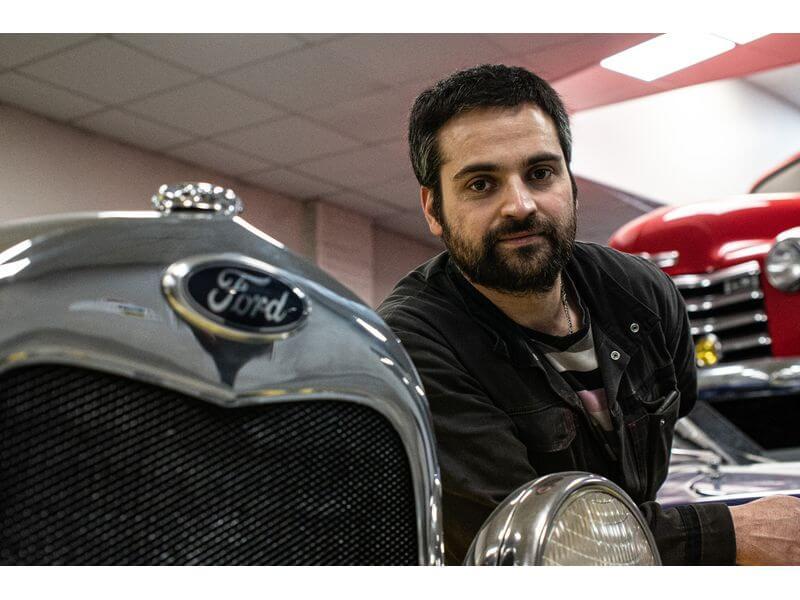 Daniel réactif travaille sur voitures américaines anglaises italiennes